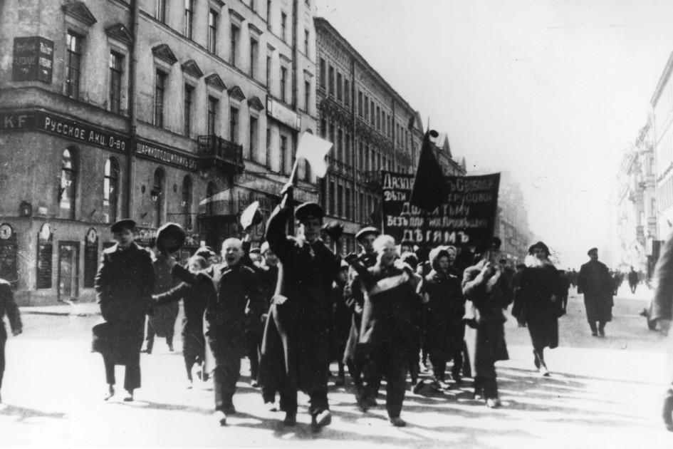 Школьники маршируют в знак протеста через Петроград (нынешний Санкт-Петербург) во время революции 1917 года