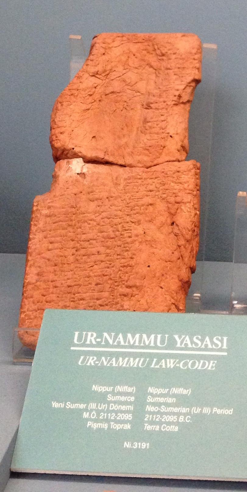 Свод законов шумерского царя Ур-Намму считается старейшей писаной конституцией в мире— возраст глиняных табличек превышает 4 тыс. лет