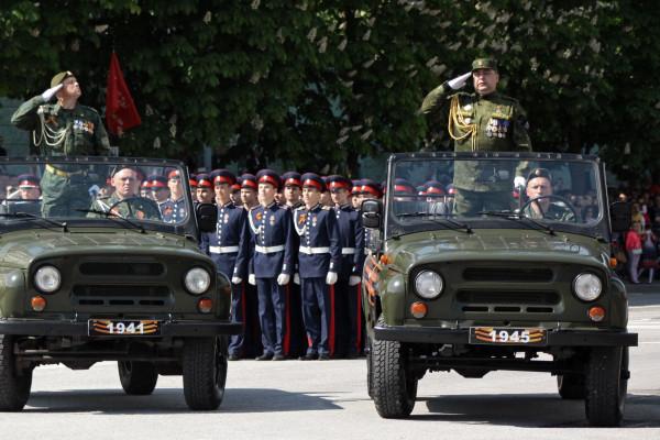 Главнокомандующий Луганской народной республики Игорь Плотницкий (справа) навоенном параде вчесть 71-й годовщины Победы вВеликой Отечественной войне вЛуганске