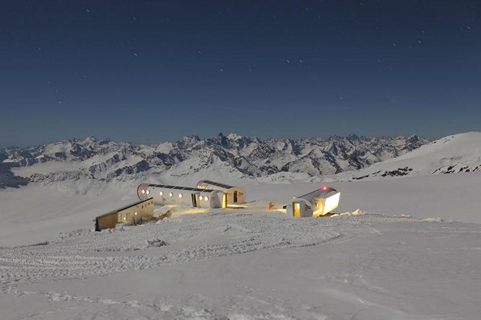Отель расположен на высоте почти 4 тыс. м на южном склоне Эльбруса