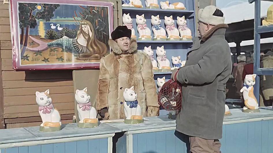 Съемки фильма режиссера Леонида Гайдая «Операция «Ы» и другие приключения Шурика» на Тишинском рынке. 1965год