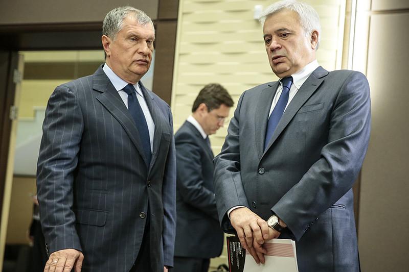 Нефтяники (слева — глава «Роснефти» Игорь Сечин, справа — глава ЛУКОЙЛа Вагит Аликперов) отстояли пересмотр ставки НДПИ