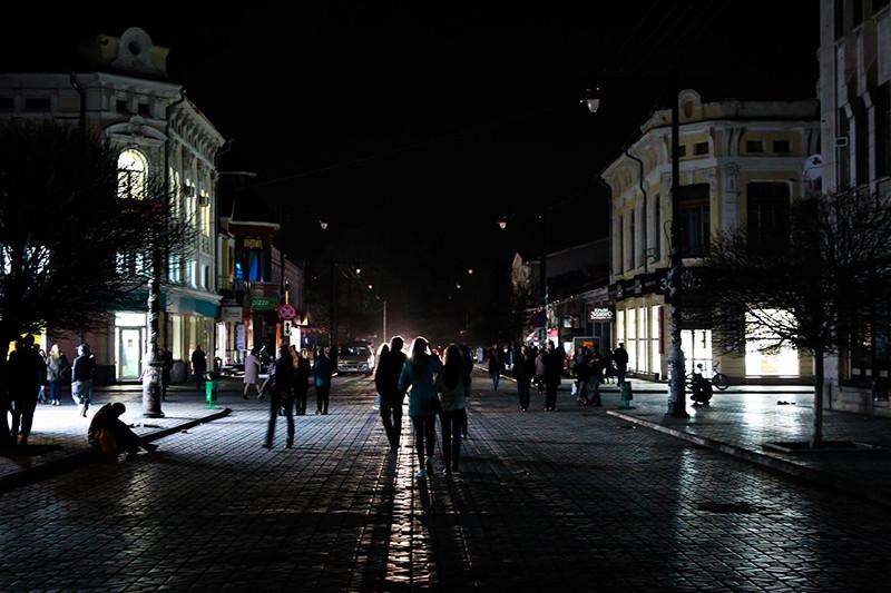 Пешеходная улица Карла Маркса вСимферополе заполчаса донаступления «комендантского часа» в22:00