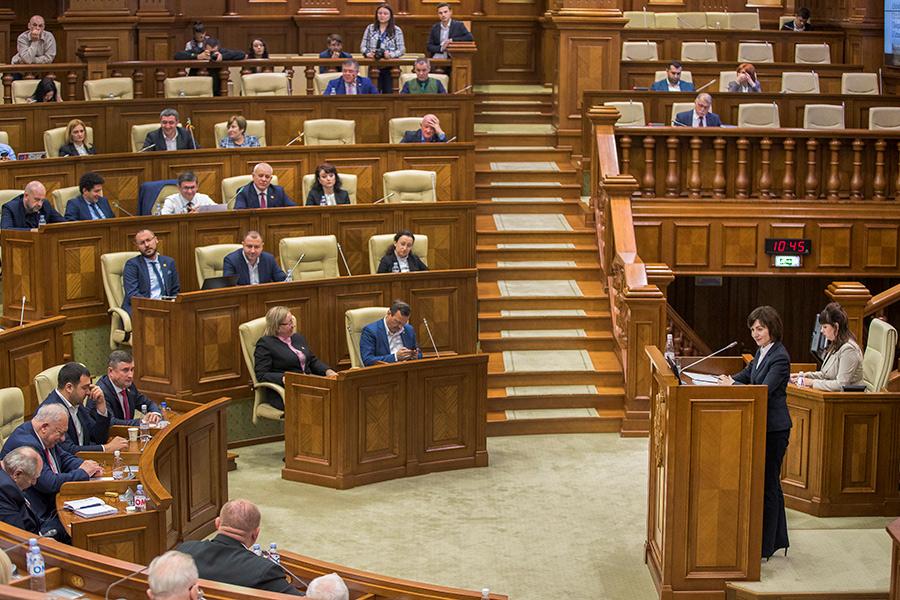 Майя Санду (справа на первом плане) во время выступления на специальном заседании парламента. 2019год