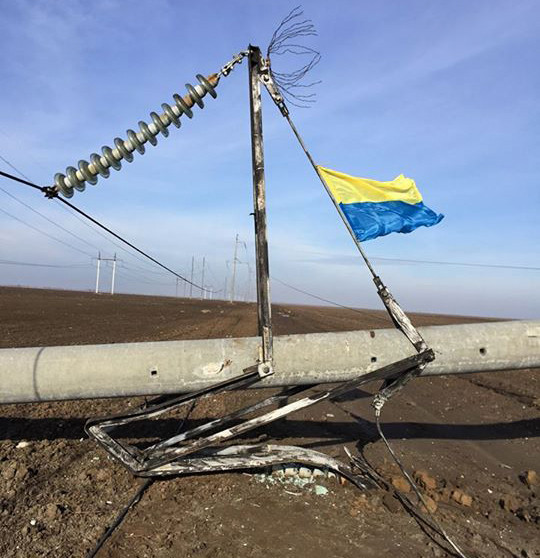 Разрушенная взрывом опора ЛЭП в Херсонской области.  Фото из Facebook координатора акции по блокаде Крыма Ленура Ислямова