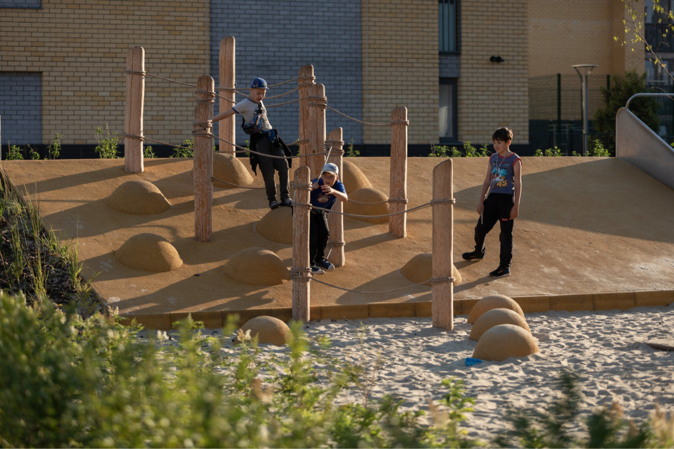 Для возможности детей контактировать с природой при проектировании детской площадки предусматривается доступ к природным материалам, используются естественные покрытия, озеленение, ландшафт