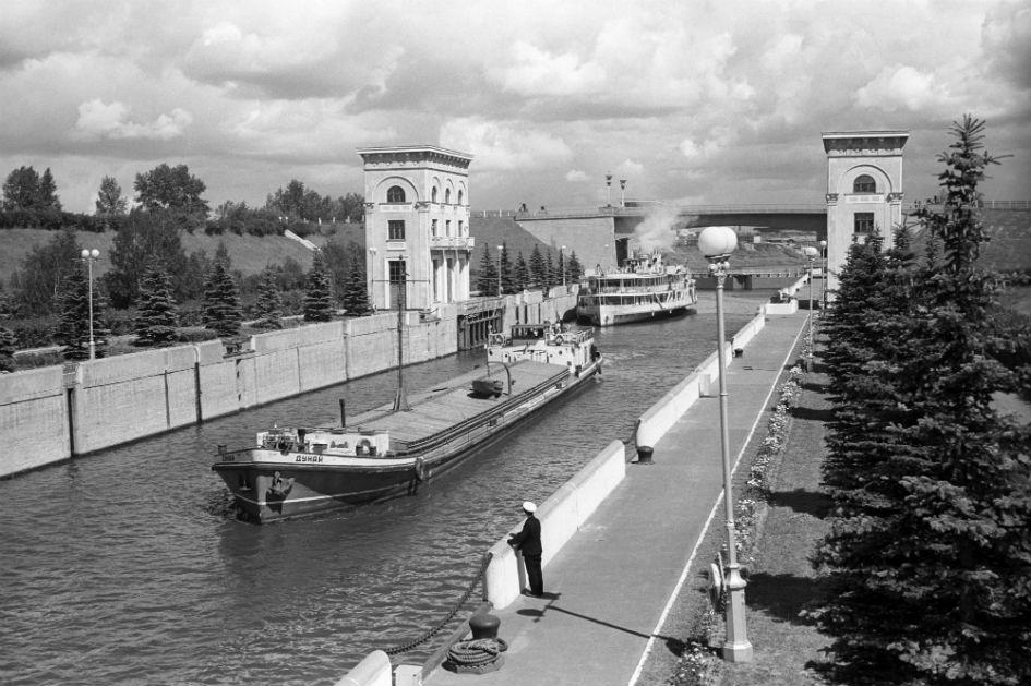 Суда во время прохода через шлюз № 9 Карамышевской гидроэлектростанции