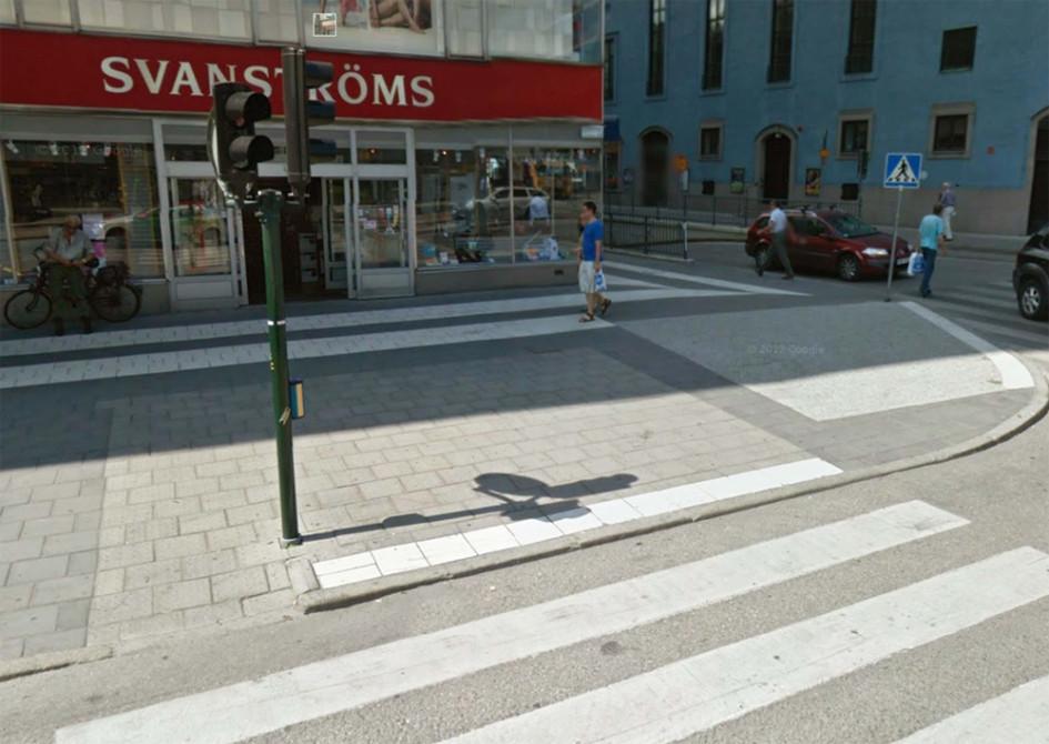Обозначение при помощи контрастного цвета спуска на пешеходный переход