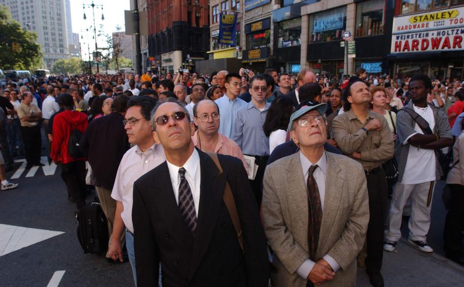 Жители Нью-Йорка наблюдают за последствиями теракта 11 сентября 2001 года