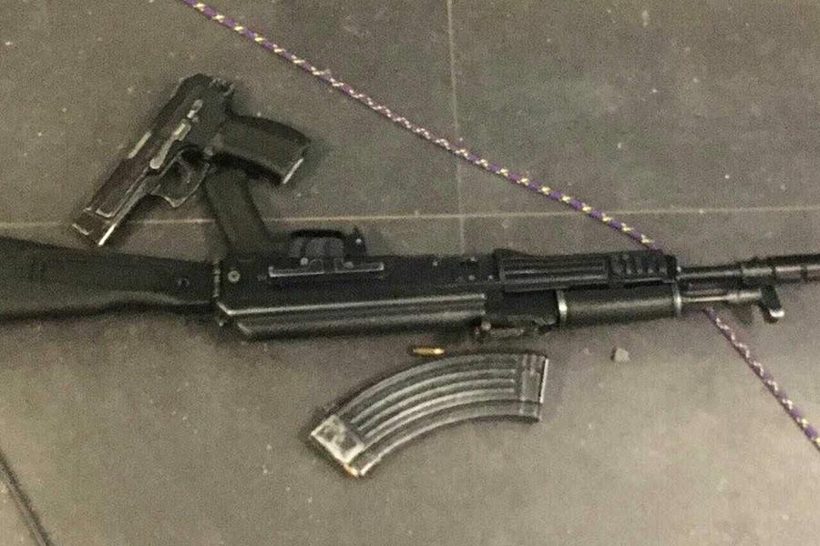 Оружие на месте нападенияна УФСБ в Хабаровске