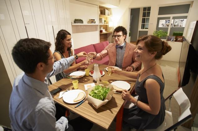 Ужин ан четверых проходит в интимной обстановке