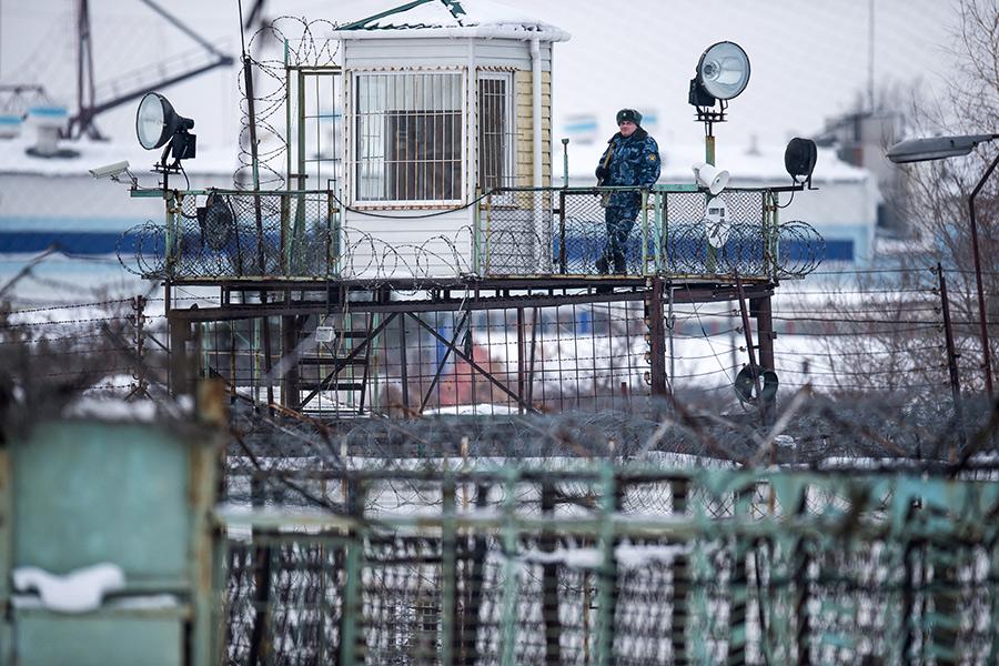 Сотрудник охраны ФСИН натерритории колонии №7 вОмске