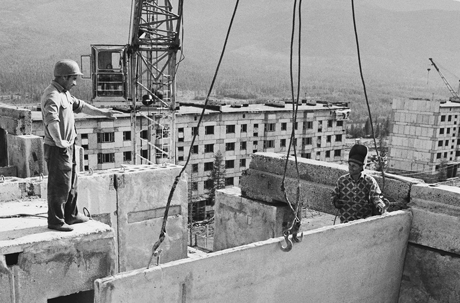 Возведение поселка гидростроителей Колымской ГЭС Синегорье. Члены бригады Николай Тишуков (слева) иВиктор Балхановский намонтаже жилого дома. 1978 год