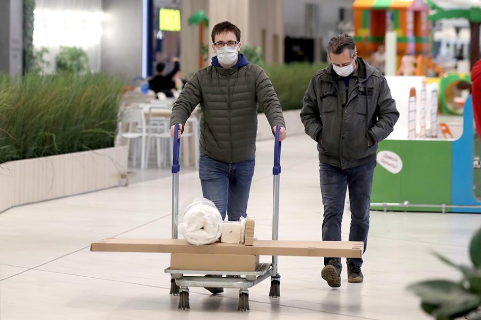 Покупатели в магазине «Икеа» накануне его закрытия. Мебельный ретейлер IKEA принял решение временно закрыть фирменные магазины в ряде европейских стран, США, Канаде и России