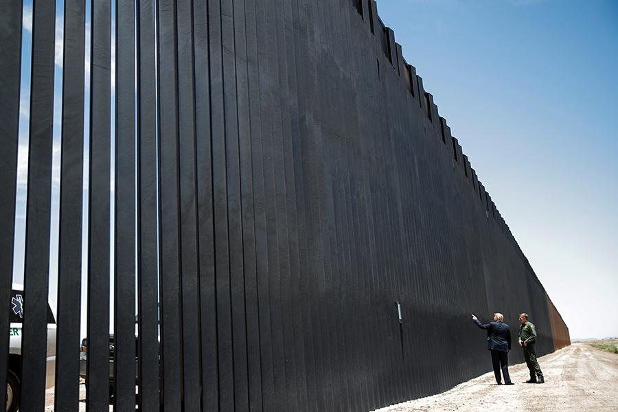 Дональд Трамп во время осмотра участка недавно построенной пограничной стены в Сан-Луисе