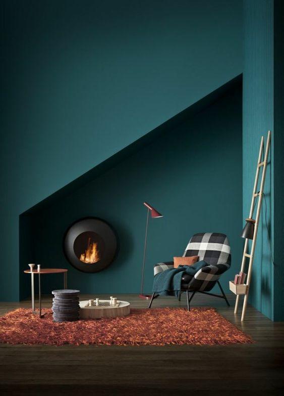 Стены в скандинавском стиле часто оформляют в темных синих и зеленых цветах