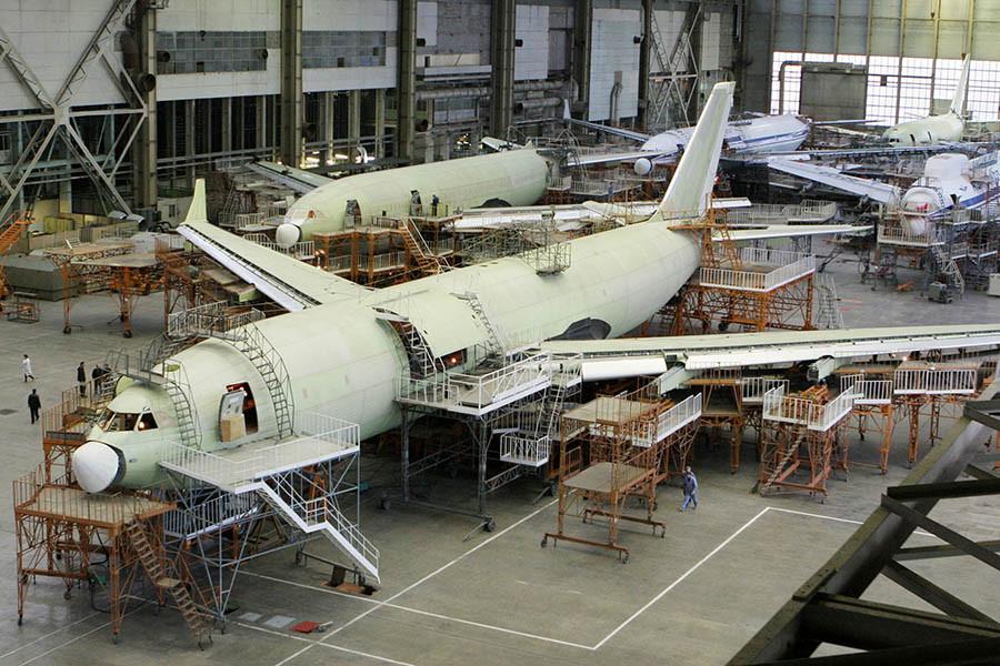 Самолет Ил-96 в цехе окончательной сборки