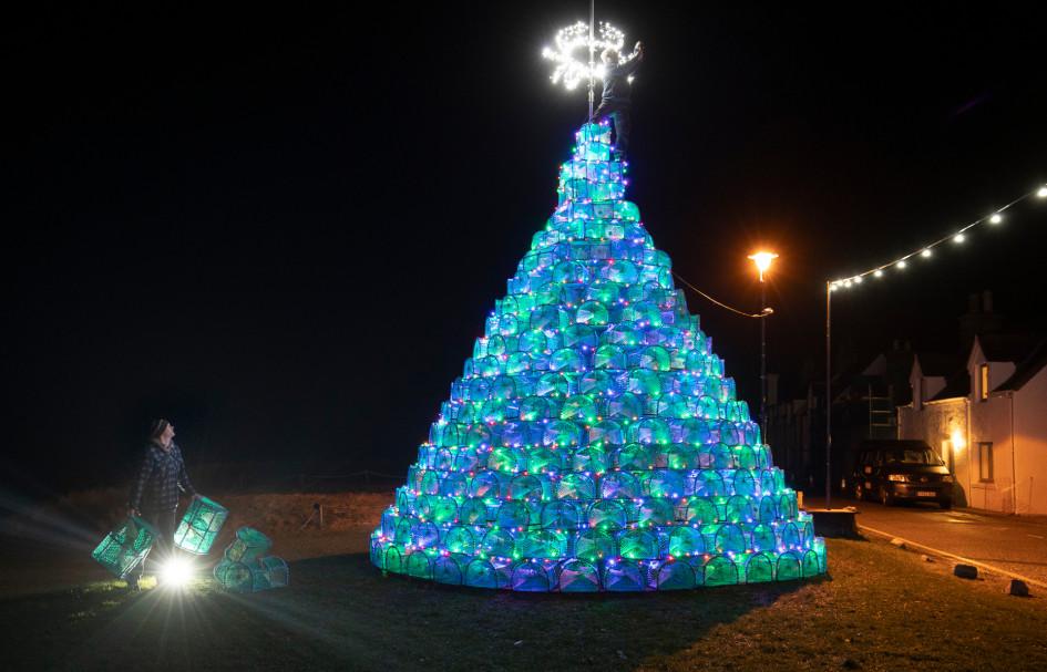 Рождественская ель из 340 снастей для ловли крабов и креветок установлена в шотландском Аллапуле