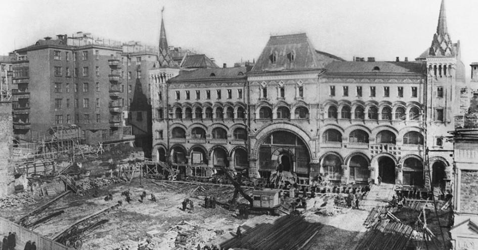 Передвижка Саввинского подворья поплану реконструкции улицы Горького. 1939 год