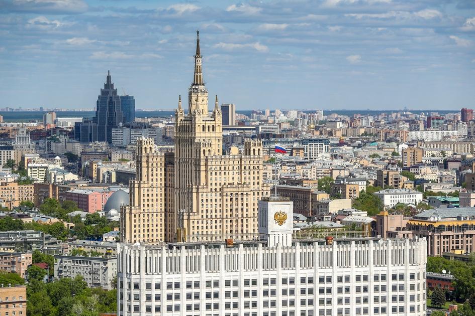 Вид на Дом правительства РФ и высотку на Кудринской площади