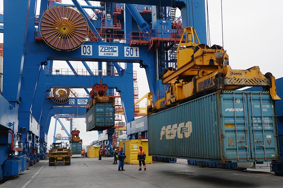 Разгрузка контейнеровоза FESCO в порту Владивостока