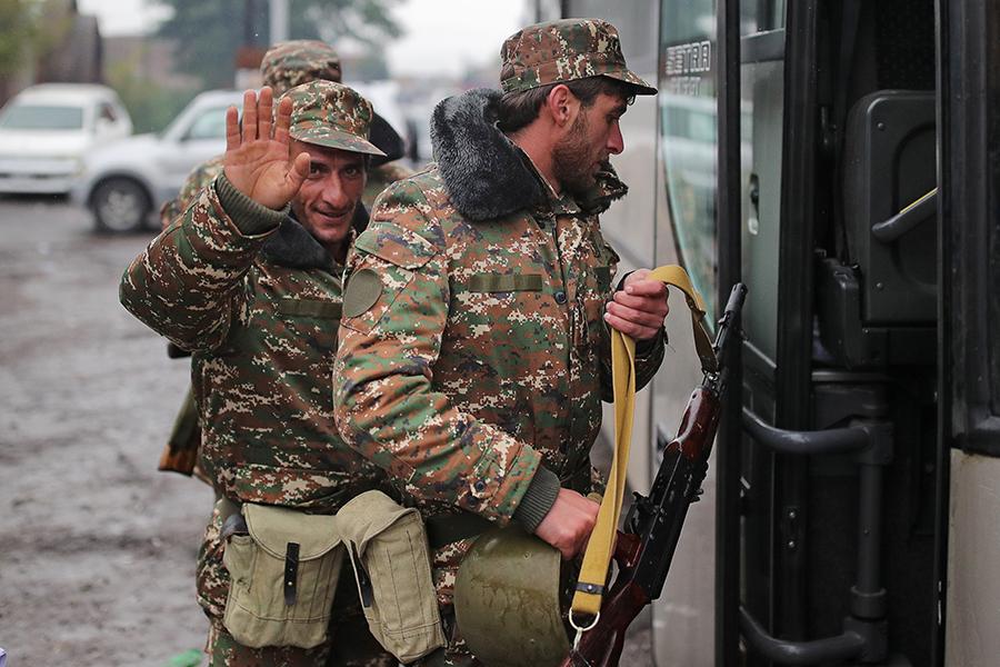 Армения. Добровольцы и мобилизованные военнослужащие перед отправкой на фронт