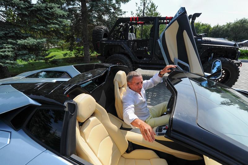 Совладелец «Арианта» Александр Аристов любит хорошие машины: в его автопарке — самые дорогие автомобили Челябинска