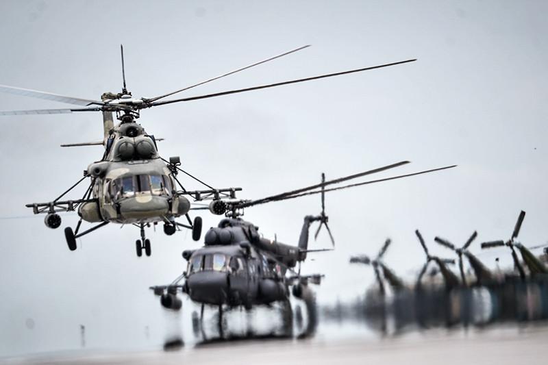 Вертолеты Ми-8 во время показательных выступлений на всероссийском этапе международного конкурса «Авиадартс-2015» в Воронеже