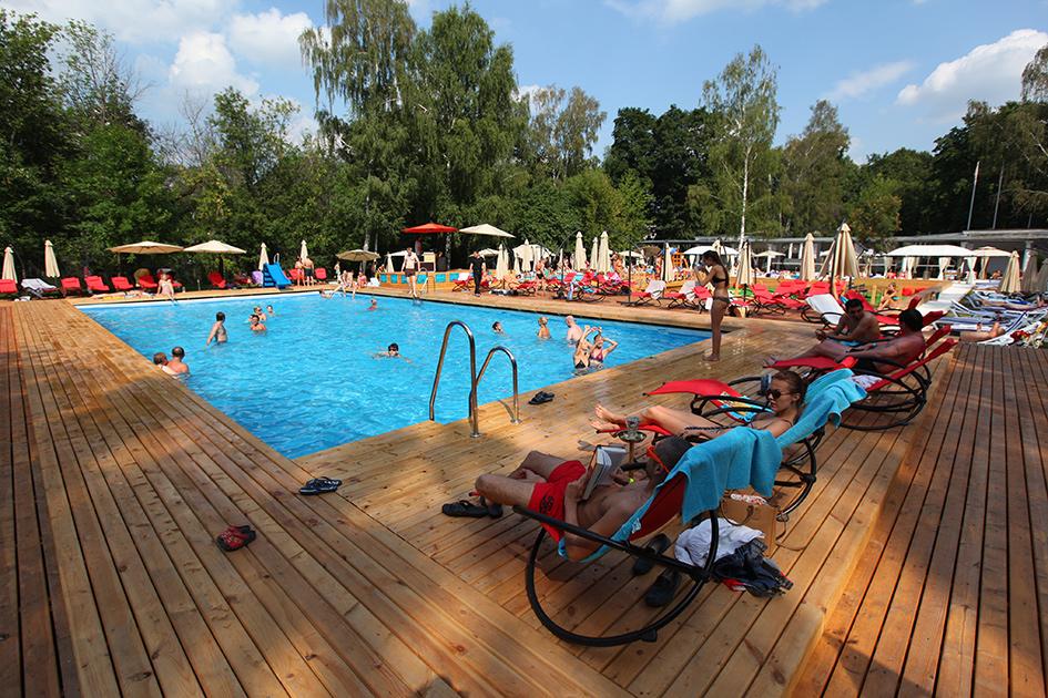 Отдыхающие в бассейне «The Баssейн» в Сокольниках