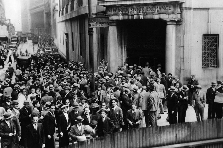 Толпа людей на Уолл-стрит в Нью-Йорке после краха фондового рынка
