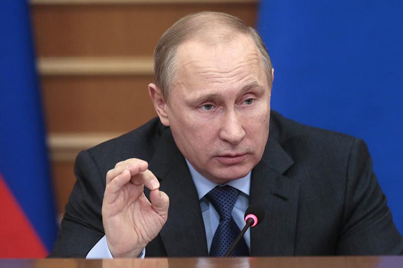16 декабря президент Владимир Путин лично обзванивал руководителей крупнейших компаний-экспортеров, убеждая их продавать на рынке валютную выручку. «Ну а если по сусекам поскрести, можно на рынок выйти? Подумал, через секунду отвечает: ну три миллиарда у нас есть в загашнике», – пересказывал эти разговоры Путин на пресс-конференции два дня спустя.
