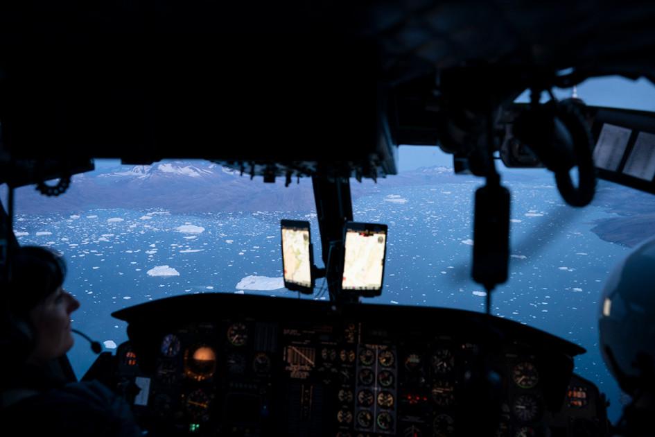 Вид из вертолета на сотни айсбергов в океане неподалеку от ледника Хельхайм