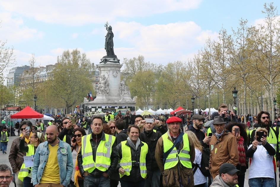 Участники антиправительственной манифестации движения «желтые жилеты» у статуи Французской Республики в апреле 2019 года