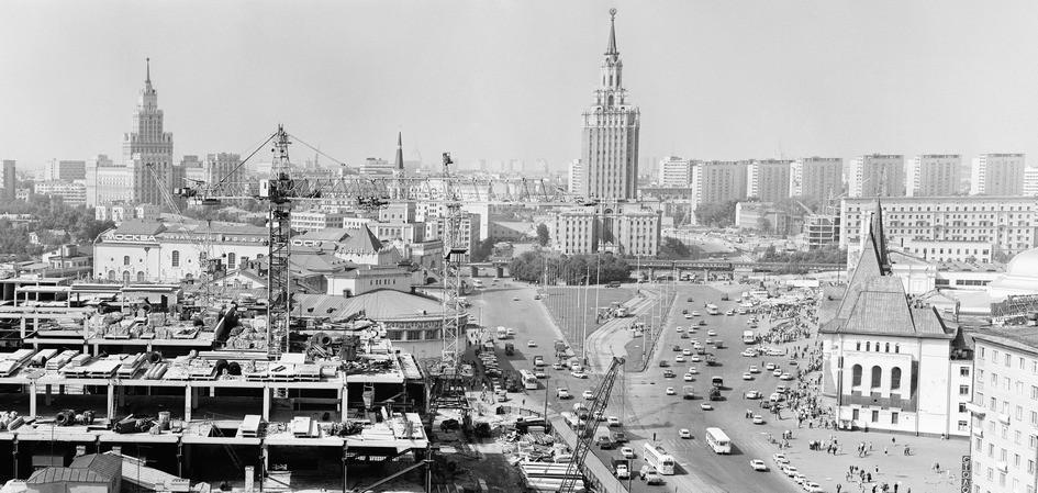 Комсомольская площадь, слева — строительство универмага «Московский»