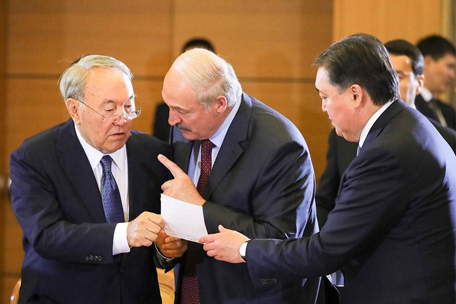Президент Казахстана Нурсултан Назарбаев и президент Белоруссии Александр Лукашенко (слева направо) во время заседания Высшего Евразийского экономического совета