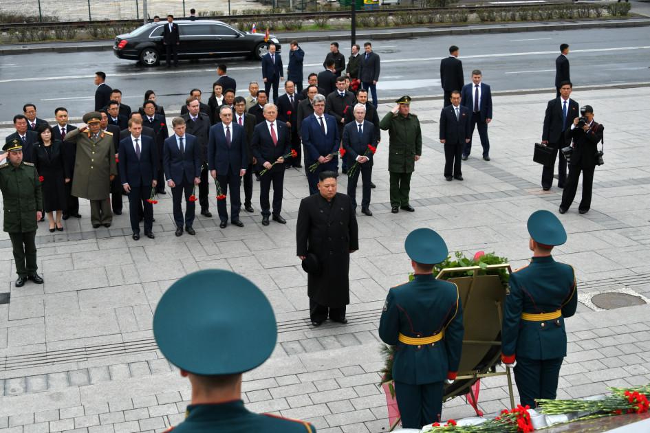 Ким Чен Ын (в центре) во время церемонии возложения венков к мемориальному комплексу «Боевая слава ТОФ»