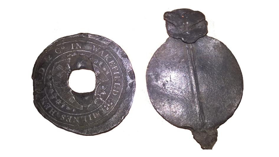 Английская свинцовая торговая пломба XVIII века, найденная при раскопках в «Зарядье»