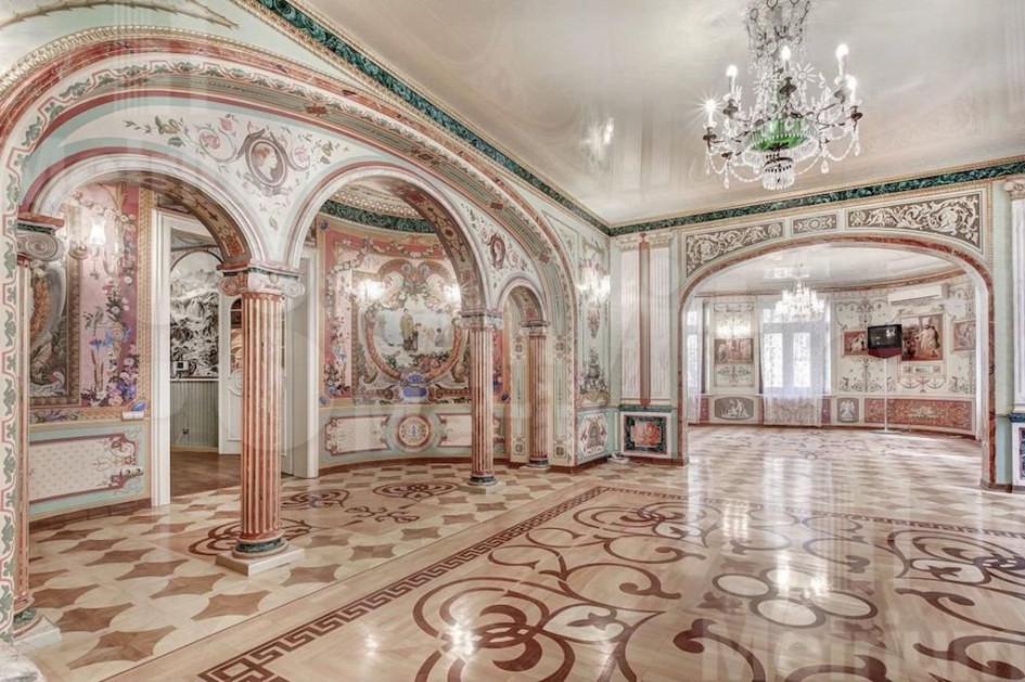 Квартира в неорусском стиле в бывшем доходном доме на Мясницкой. Купить ее можно за 125 млн руб.