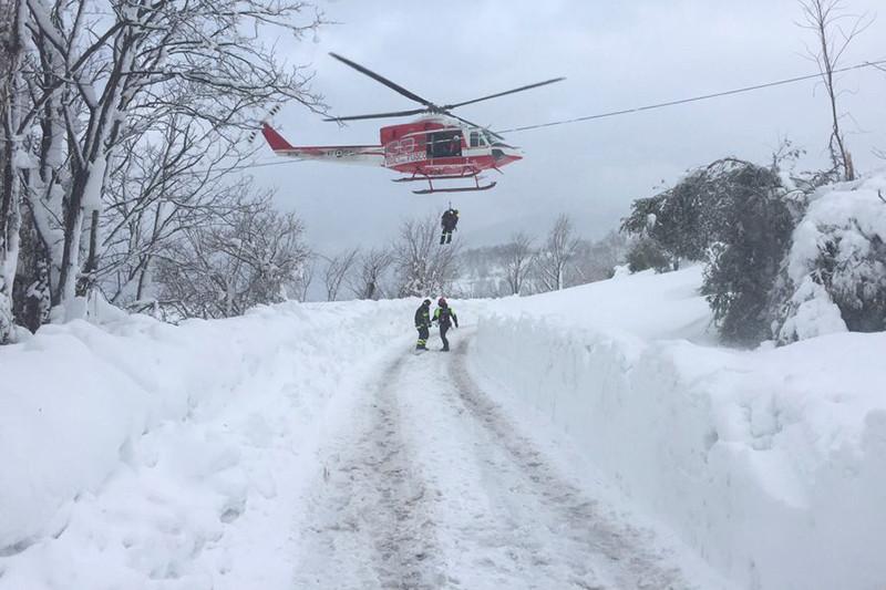 Работа спасателей возле отеляRigopiano. 19 января 2017 года    