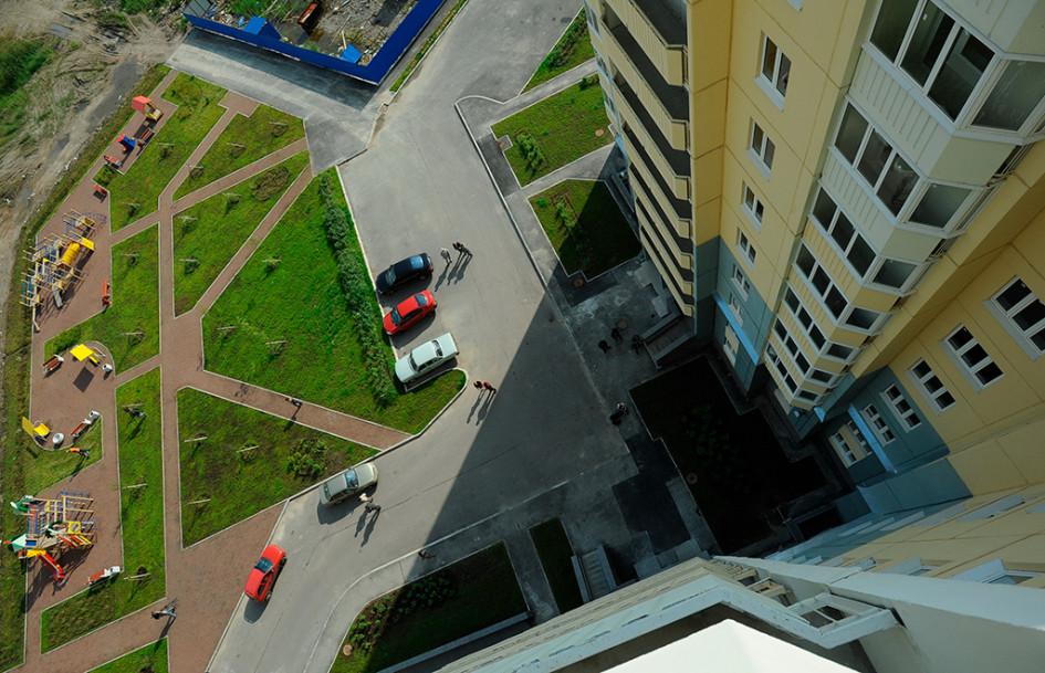 Рядом ссовременными новостройками обычно возводят многоуровневую парковку, однакомногие все равно предпочитают оставлять машины у подъезда—это простои бесплатно