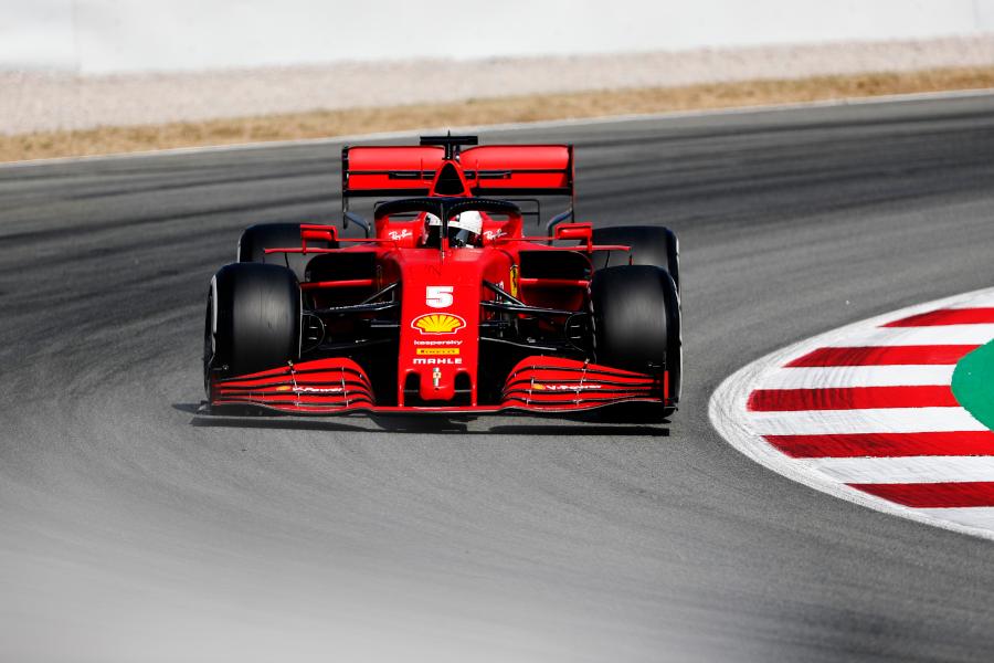 Себастьян Феттель за рулем Scuderia Ferrari SF1000 во время Гран-при Испании Формулы 14 августа 2020 года в Барселоне