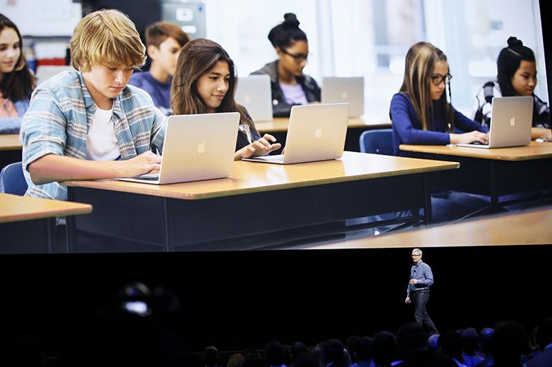Гендиректор компании Apple Тим Кук вовремя презентации сервиса Swift Playgrounds