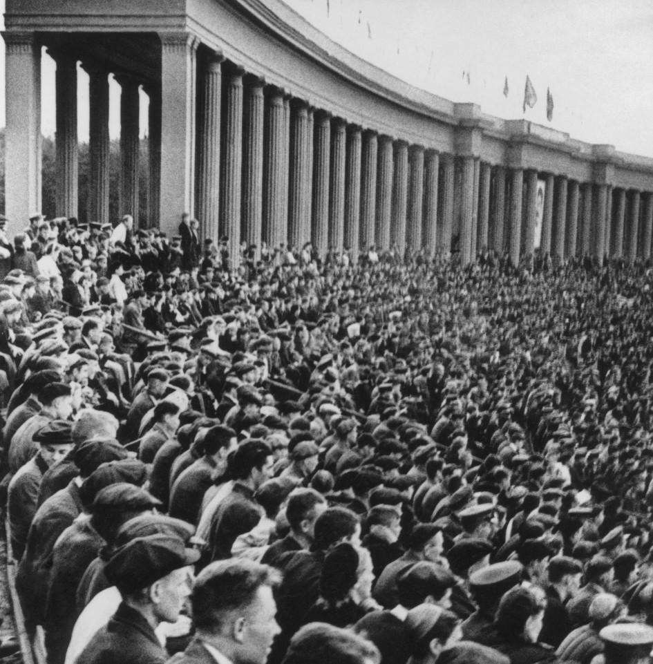 Во время соревнований по бегу среди женщин на дистанции 1,5 тыс. м на стадионе «Сталинец». 1943 год