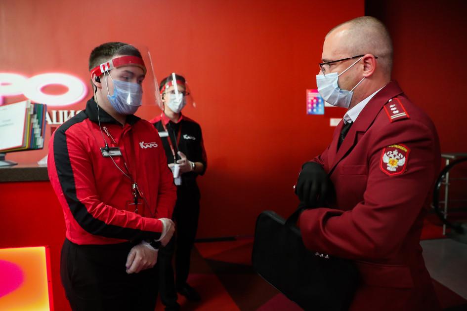 Сотрудник Роспотребнадзора во время проверки соблюдения масочного режима в кинотеатре