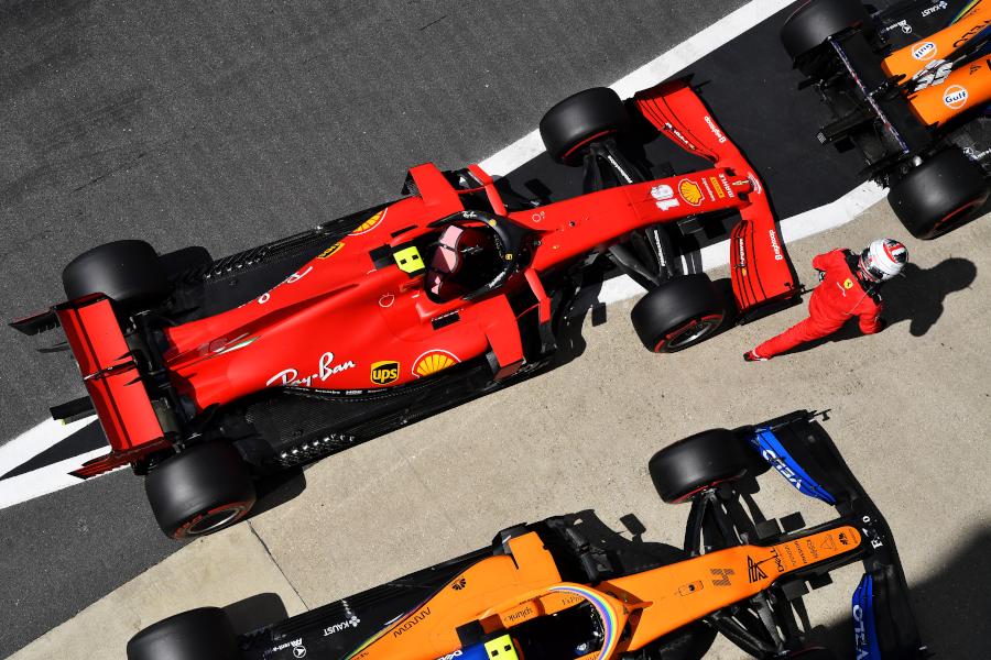 Гонщик FerrariШарль Леклерпокидает машину во время квалификации Гран-при Великобритании Формулы 1 в Сильверстоуне