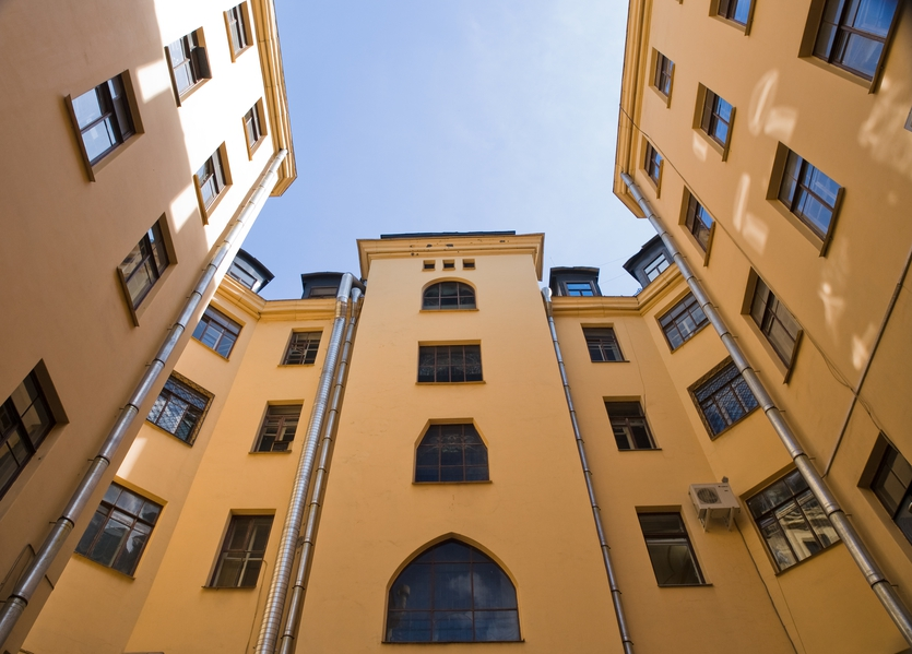 Доходный дом – это многоквартирный жилой дом, построенный для сдачи квартир в аренду, а также тип архитектурного сооружения, сложившийся в европейских странах к 1830-40-м гг. В России таких зданий особенно много в Санкт-Петербурге. До 1917 г. в Москве было 800 доходных домов