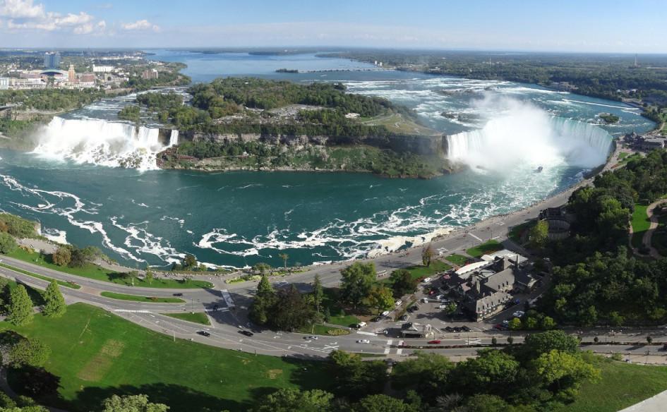 Комплекс водопадов на реке Ниагаре, отделяющий американский штат Нью-Йорк от канадской провинции Онтарио