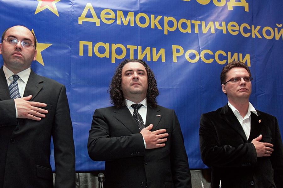 Вячеслав Смирнов (слева), Андрей Богданов (в центре) и заместитель председателя центрального комитета партии Олег Гимазов (справа)