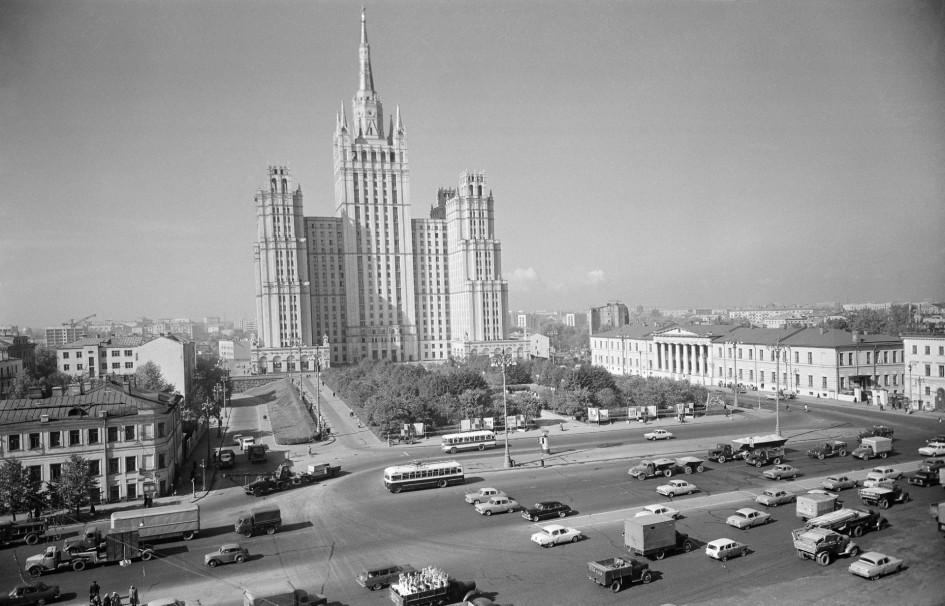 Высотное здание на площади Восстания (Кудринская площадь)и автомобили на Садовом кольце. Точная дата съемки не установлена, 1960-е