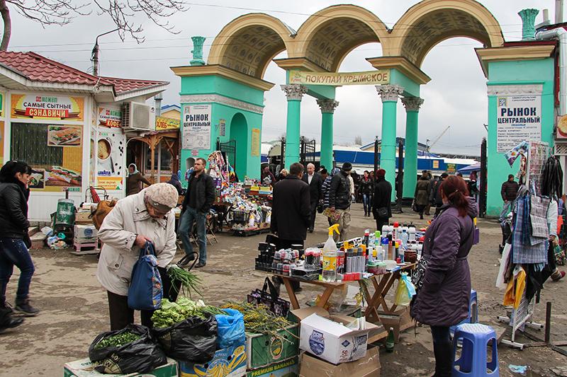 На Центральном рынке Симферополя — бойкая торговля. Здесь можно найти все самое необходимое: от обложек на российский паспорт до пальто из России и Белоруссии.